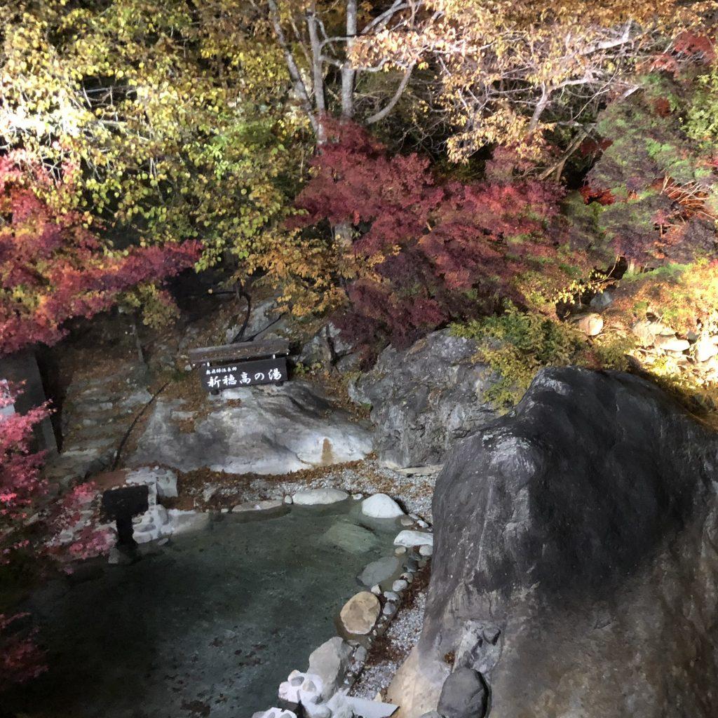 onsen de nuit en automne